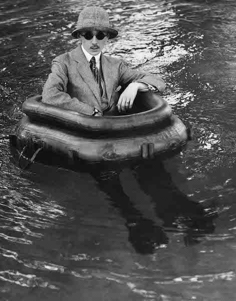 Jacques Henri Lartigue - Zizou dans son bateau pneu, Rougat, 1911