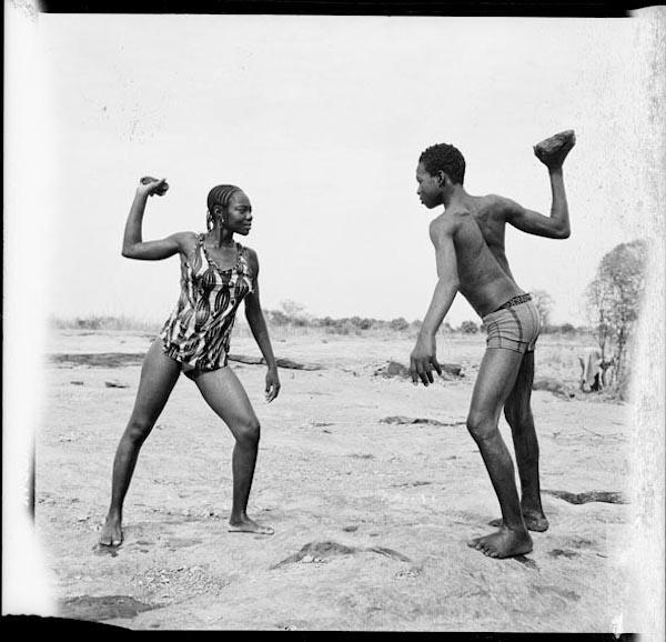 Malick Sidibé - Combat des amis avec pièrres, 1976