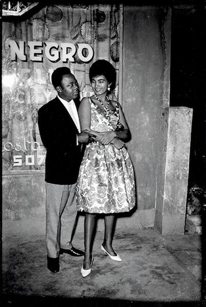 Jean Depara - Couple devant l'Afro Negro Club, Kinshasa, Congo, ca. 1970