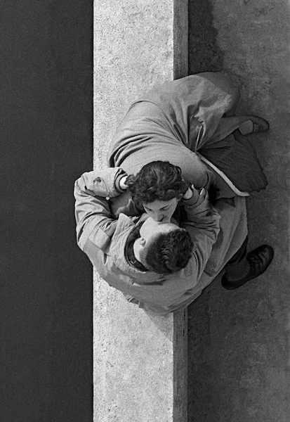 Frank Horvat - Paris, Quai du Louvre, couple, 1955