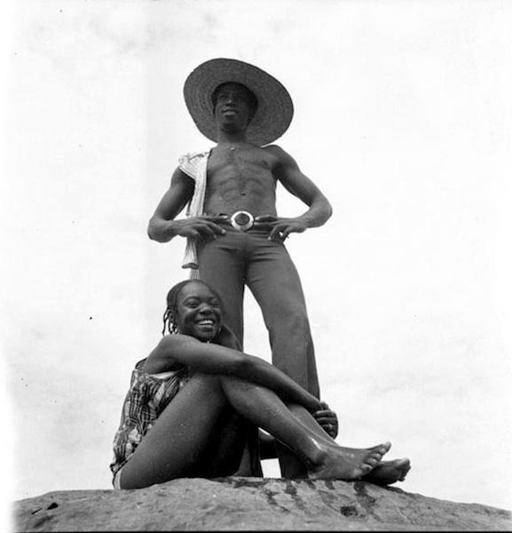 Malick Sidibé - Sur les rochers à la chaussée, 1976