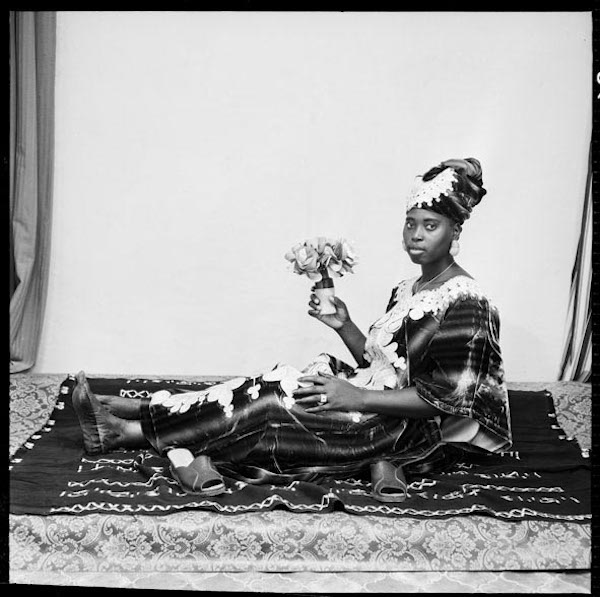 Malick Sidibé - Pose avec ma fleur, 1978