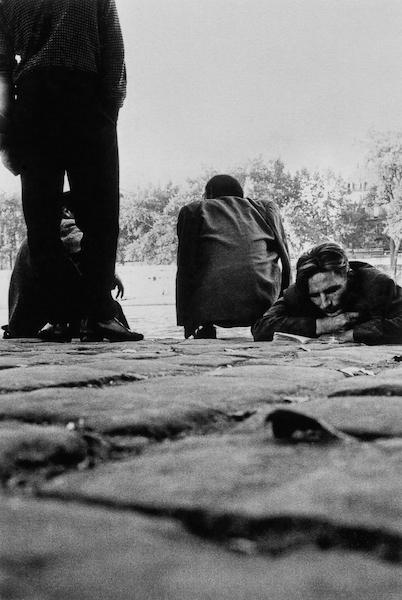 Sergio Larrain - The homeless in Paris, 1959