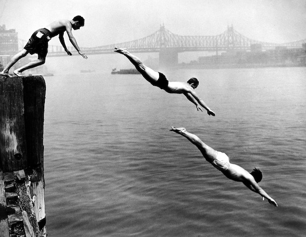 Arthur Leipzig - Divers, East River, 1948