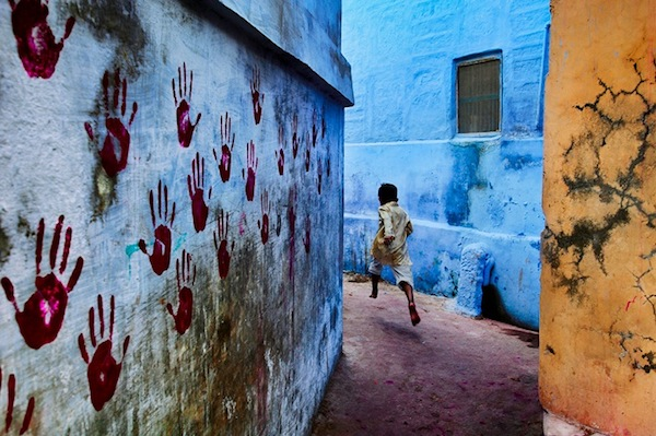 Steve McCurry - Boy in Mid-flight, India, 2007
